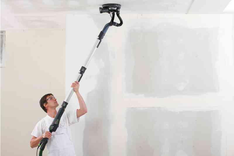 pintor lijando techo festool